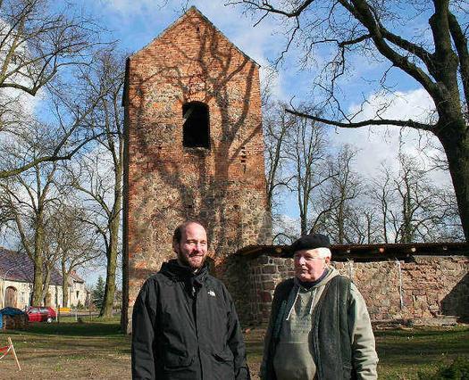 Fördervereinschef Gerhard Schliebener (r.) und Pfarrer Joachim Boekels