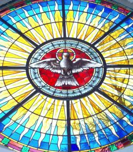 Handwerker aus Thüringen haben das Rundfenster überm Altar wieder zu einem Schmuckstück gemacht