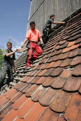Jeder Dachziegel wird genau begutachtet