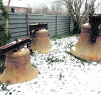 Die Glocken im Kirchhof rosten